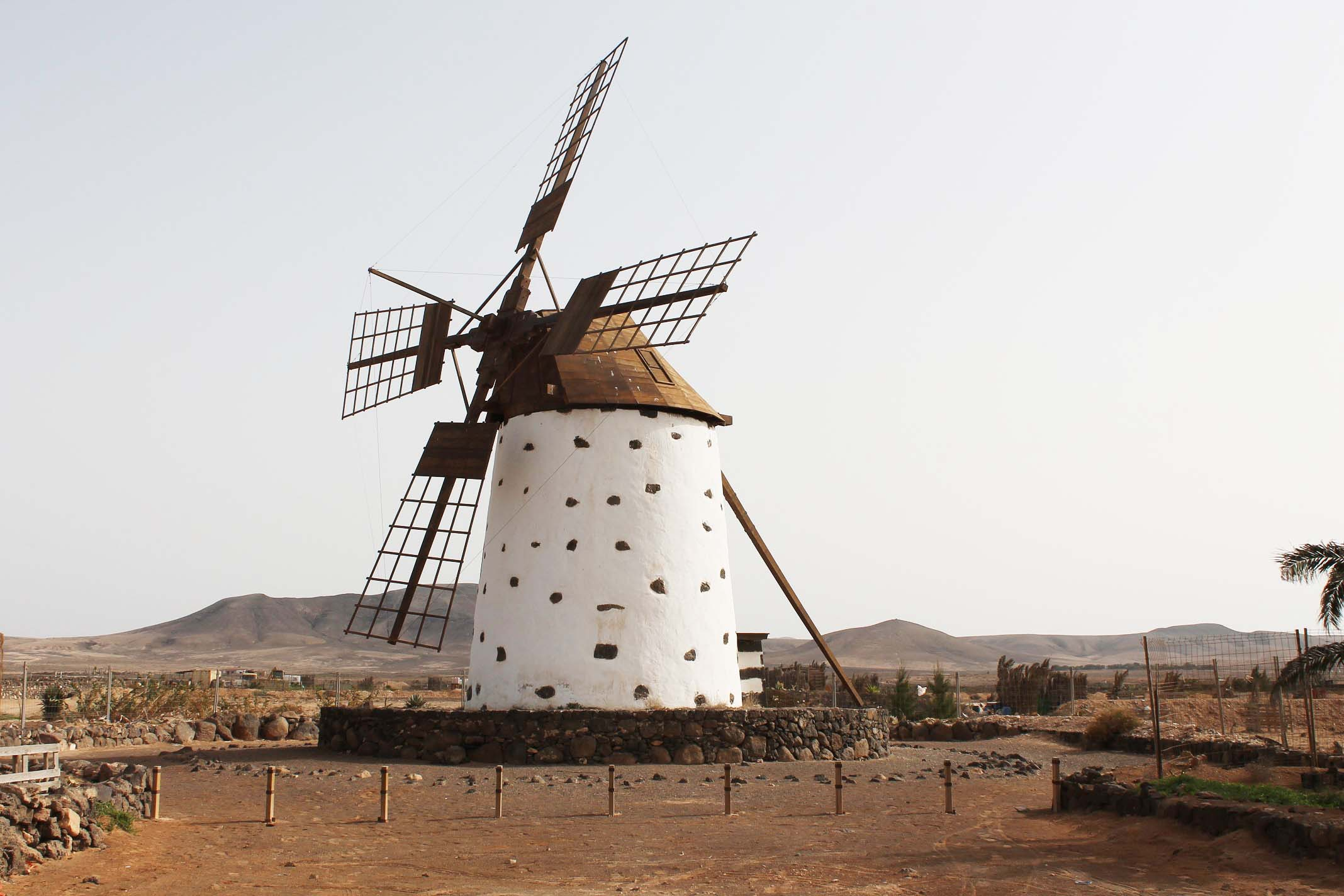 Sopla el viento playas de fuerteventura - Molino de trigo ...